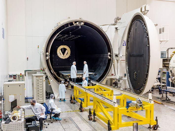 En las instalciones de SpaceIL cerca de Tel Aviv, una cámara de vacío termal simula la ...