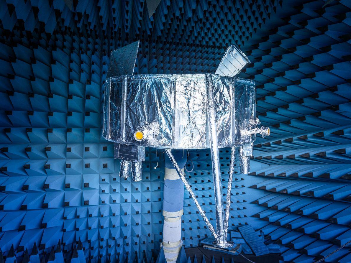 Un modelo parcial de la Beresheet de SpaceIL descansa en una cámara sin eco que absorbe ...