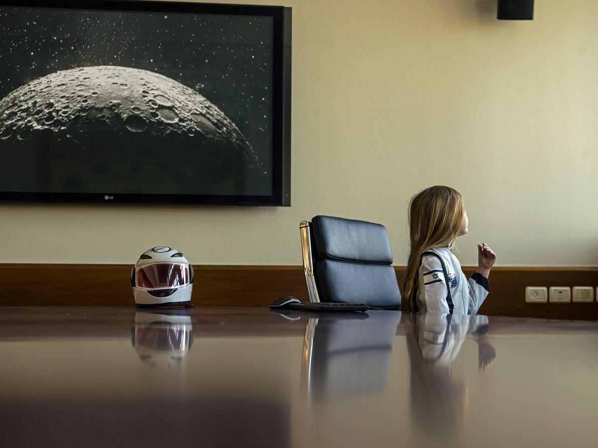 Una niña con su disfraz de traje espacial oficial en la sede central de SpaceIL en ...
