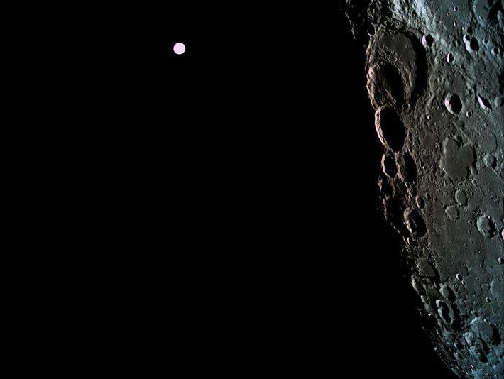 Desde más de 362.000 kilómetros, la Tierra parece solo un punto brillante en el fondo de ...