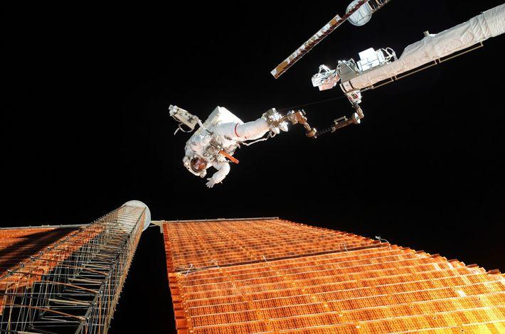 En el año 2007, los astronautas de la NASA Scott Parazynski y Doug Wheelock (fuera de ...