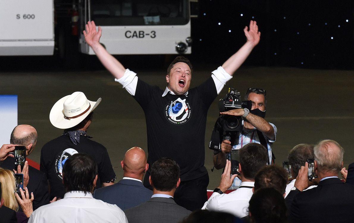 Elon Musk, CEO de SpaceX, celebra el exitoso lanzamiento de su cohete Falcon 9 con la ...