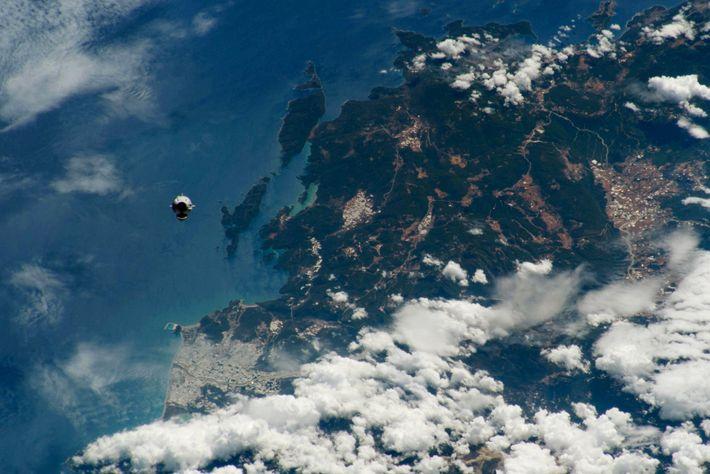 Con su cubierta cónica preparada para el acoplamiento, la Crew Dragon de SpaceX se acerca a la ...