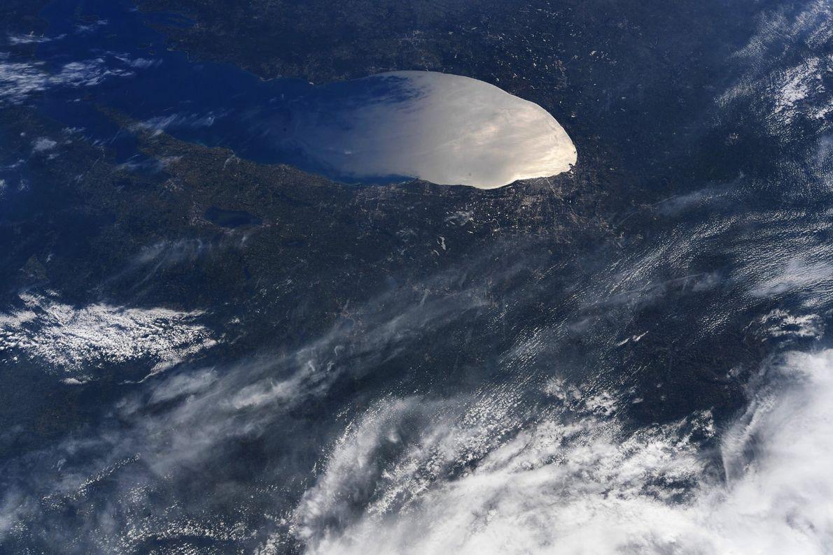 """""""Hermoso destello de sol en la parte sur del lago Michigan"""", tuiteó Hurley con esta foto ..."""