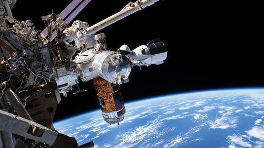 Los astronautas de la cápsula de SpaceX regresan a la Tierra tras una misión histórica