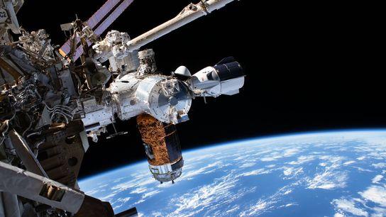 La nave espacial Crew Dragon de SpaceX se acopló a la Estación Espacial Internacional el 1 ...