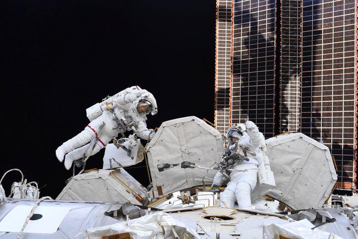 """""""Dos de los mejores caminantes espaciales [Bob Behnken, izquierda y Chris Cassidy], en su décima actividad ..."""