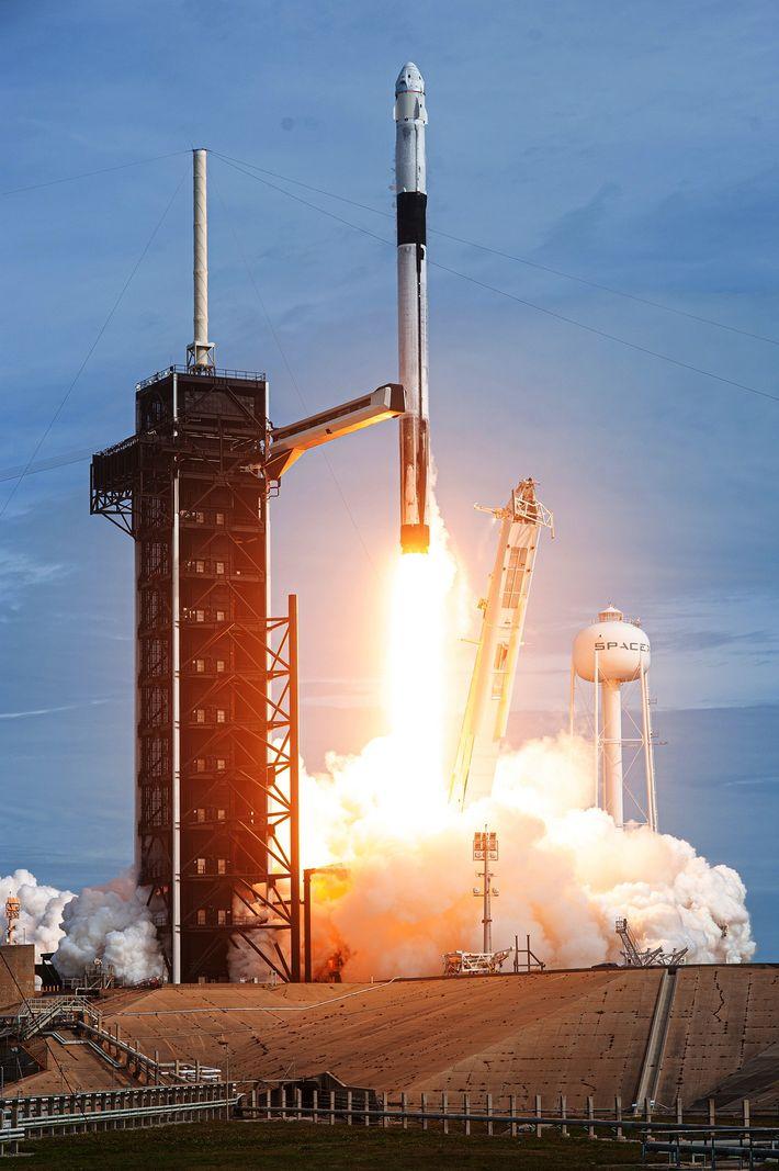 Un cohete SpaceX Falcon 9 despega del complejo de lanzamiento 39A en el Centro Espacial Kennedy ...