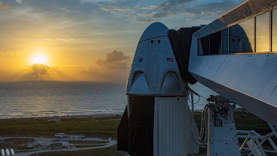 El brazo de acceso de la tripulación que conduce a una nave espacial SpaceX Crew Dragon. ...