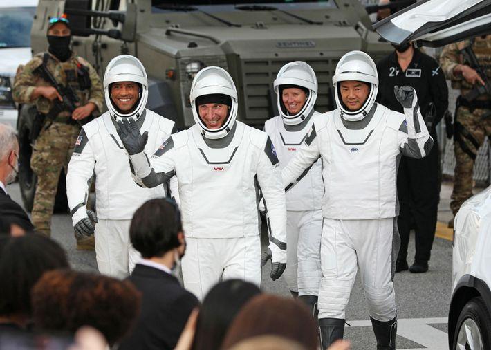 Los miembros de la tripulación de la misión Crew-1, el comandante de la nave Mike Hopkins ...