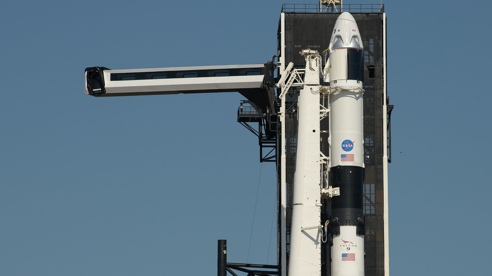 El brazo de acceso de la tripulación se colocó en posición en la nave espacial SpaceX ...
