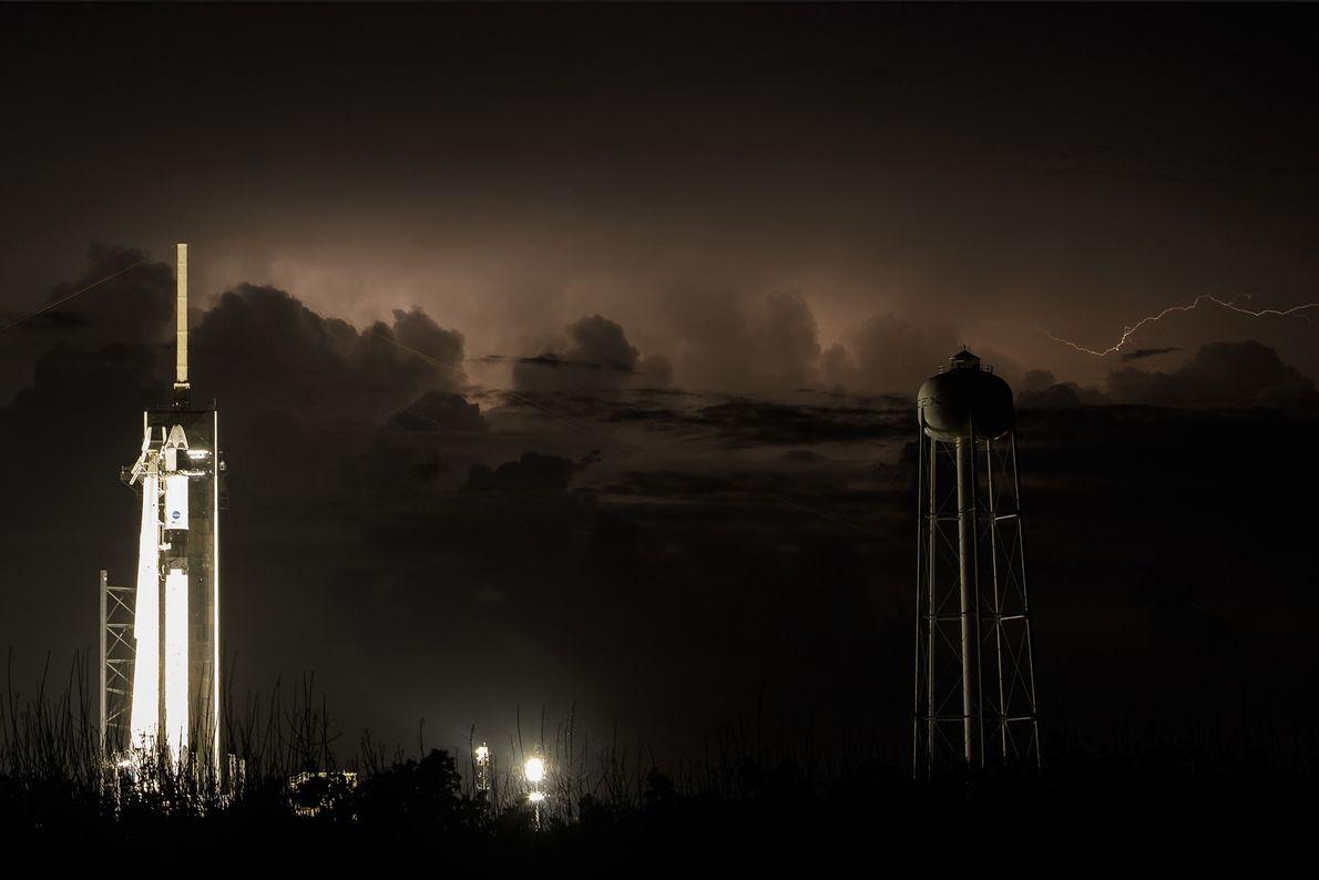 Los relámpagos iluminan el cielo de Florida detrás del Falcon 9 de SpaceX, con una nave ...