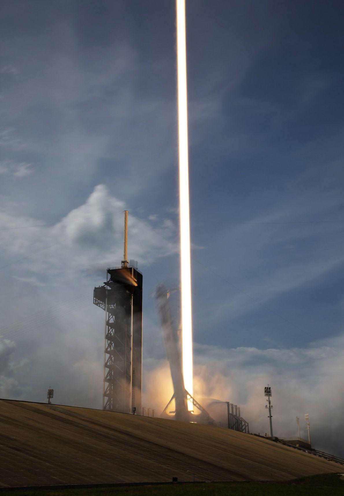Una segunda exposición captura la línea que dejan los nueve motores del cohete Falcon 9 de ...