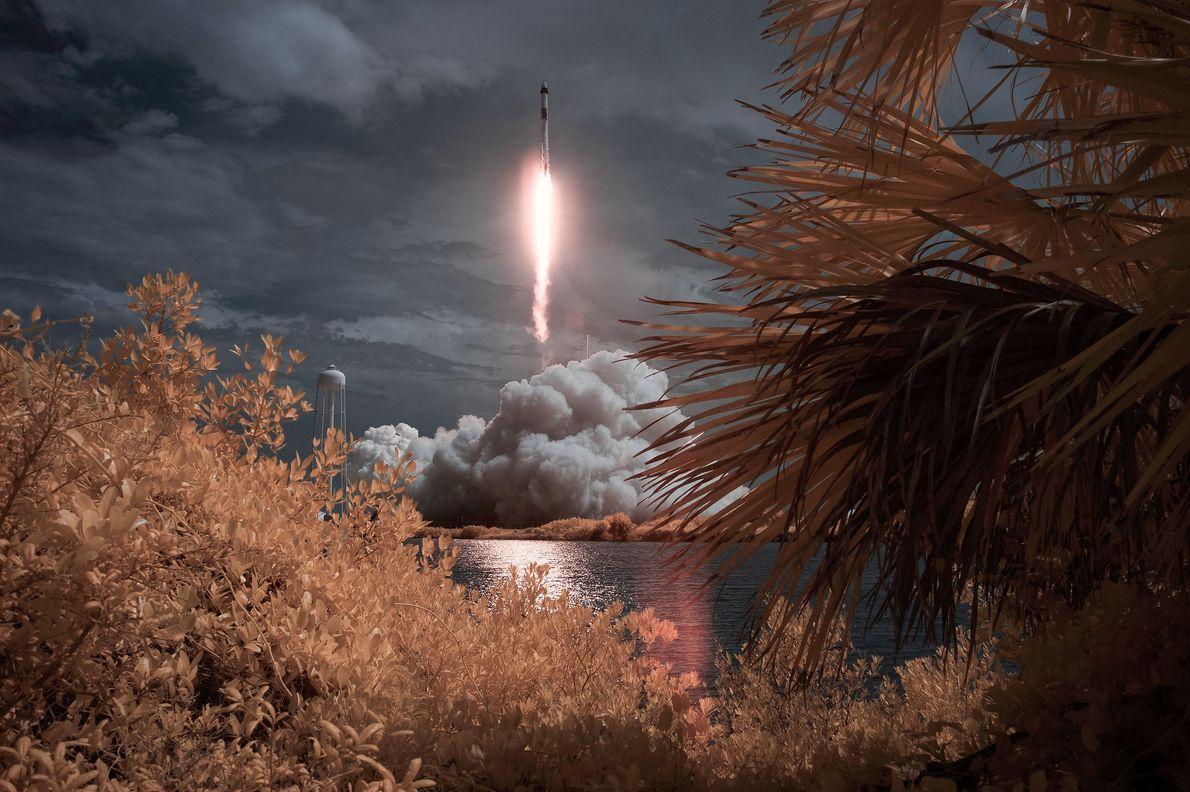 Una exposición infrarroja de falso color captura el lanzamiento de la misión SpaceX Demo-2 de la ...
