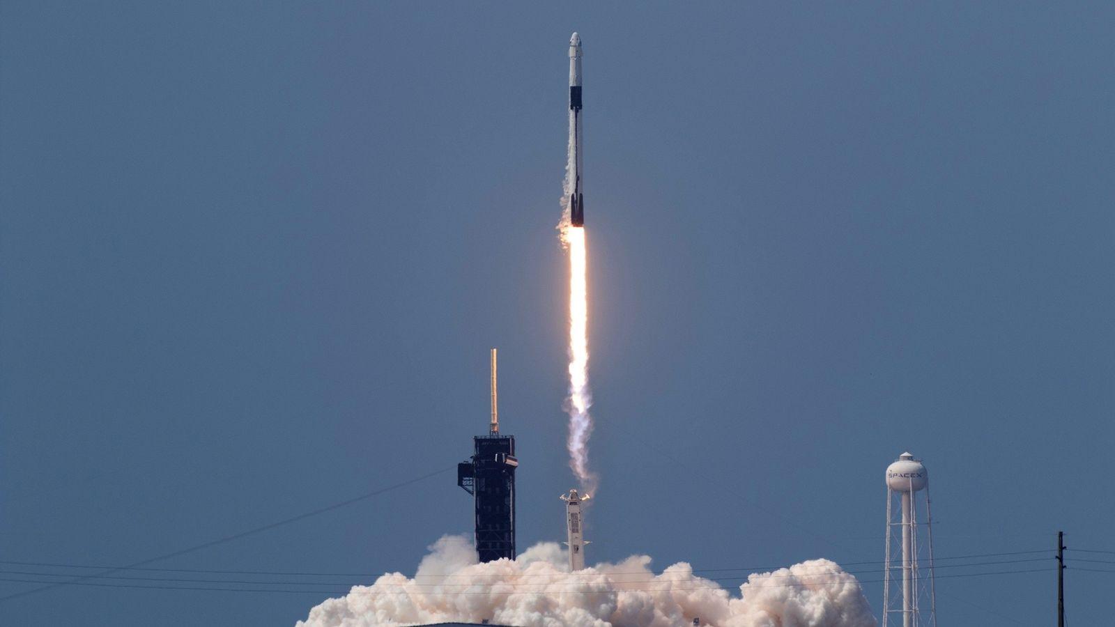 Un cohete SpaceX Falcon 9 despega del Centro Espacial Kennedy de la NASA en Florida conlos ...