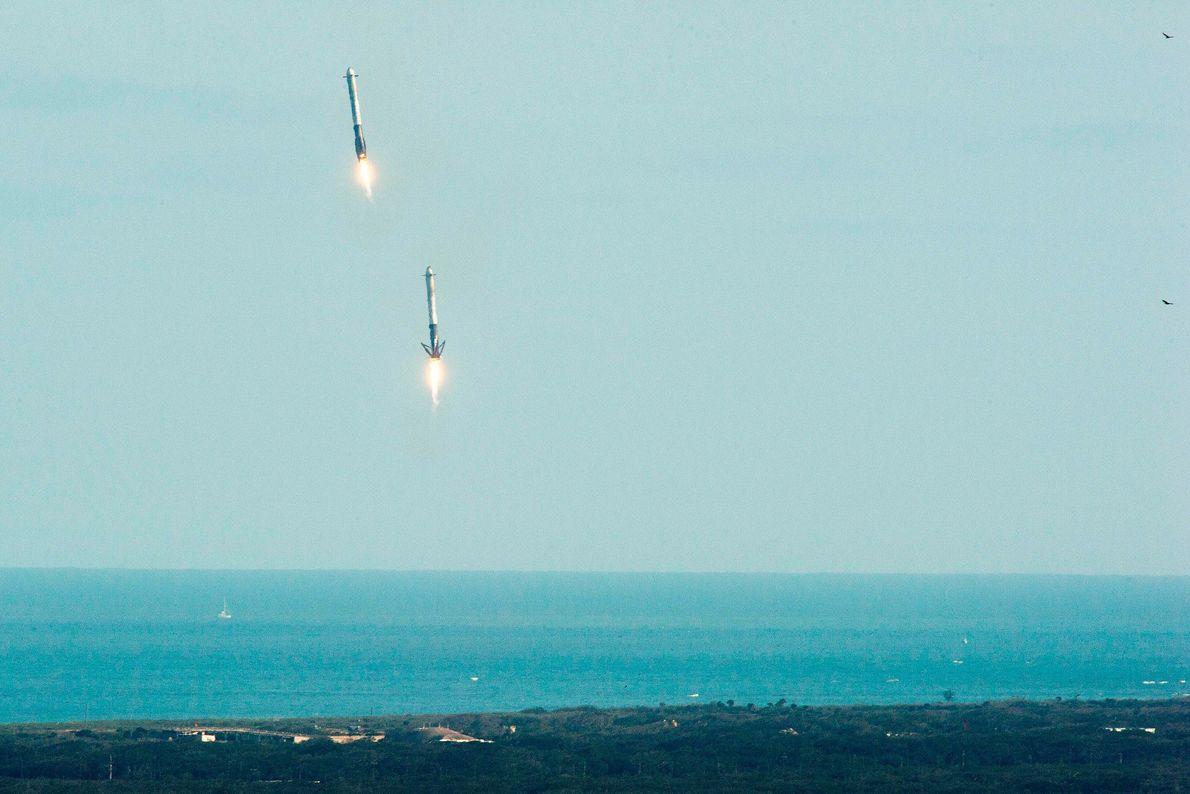 Los dos aceleradores del cohete Falcon Heavy aterrizan en el Centro Espacial Kennedy pocos minutos después ...