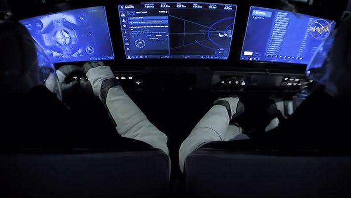 Esta imagen muestra el interior de la cápsula Crew Dragon de SpaceX, que llevaba a los ...