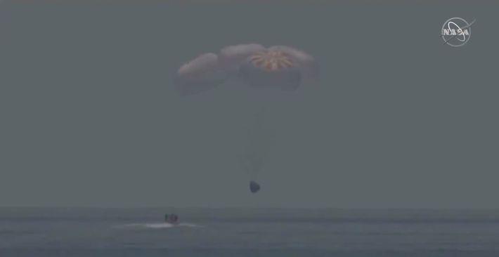 Los astronautas de la NASA Bob Behnken y Doug Hurley regresan a la Tierra en una ...
