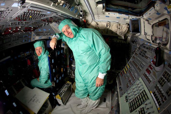 Los astronautas de la NASA Chris Ferguson (derecha) y Doug Hurley posan para una foto en ...