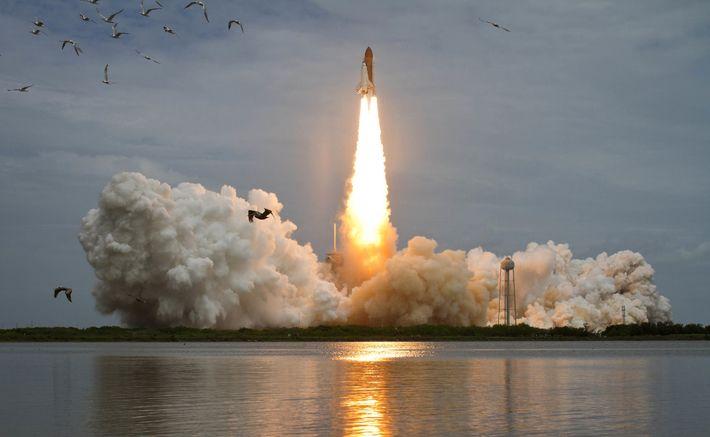 El transbordador espacial Atlantis se lanzó desde el complejo de lanzamiento 39A el viernes 8 de julio ...