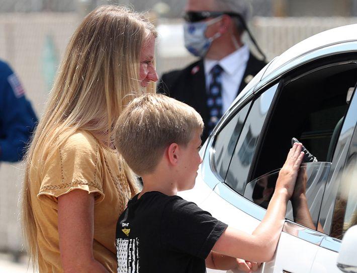 Momentos después, Jack toca la mano enguantada de su padre.