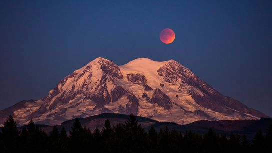 Una luna de sangre, el evocador apodo de un eclipse lunar total, pende sobre el monte ...