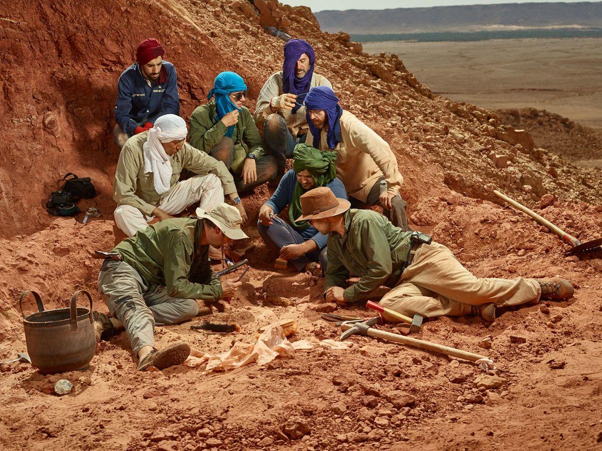 El equipo central de investigación se reúne alrededor de un nuevo hueso del Spinosaurus. En sentido ...