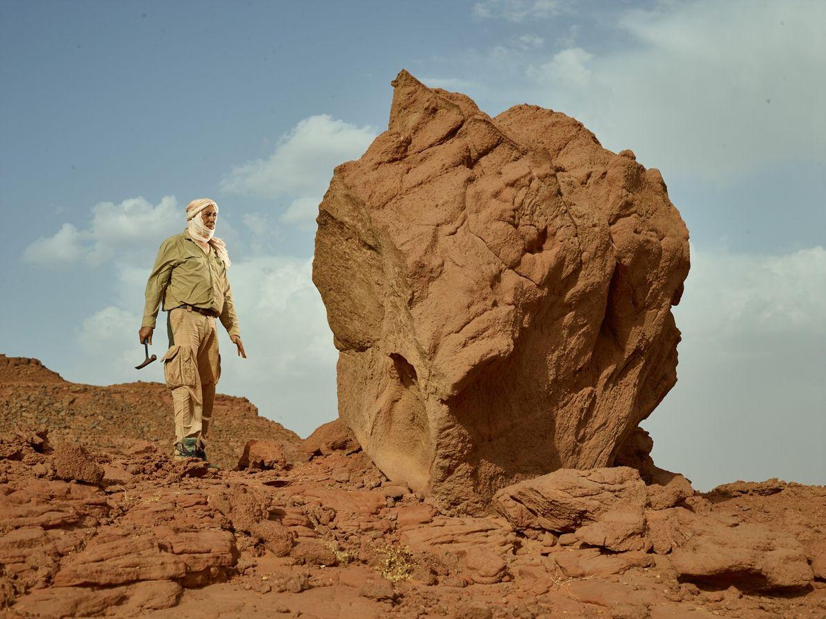 Samir Zouhri, paleontólogo de la Universidad Hassan II, Casablanca, explora un sitio cerca de Sidi Ali, ...