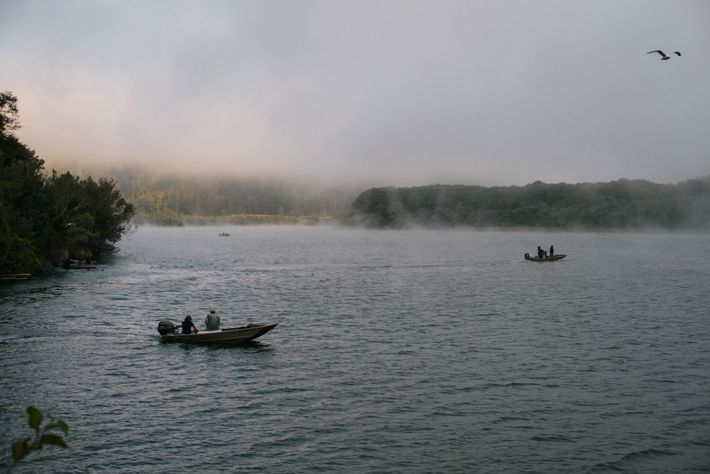 Los indígenas usan redes de enmalle tradicionales para pescar en el río Klamath.