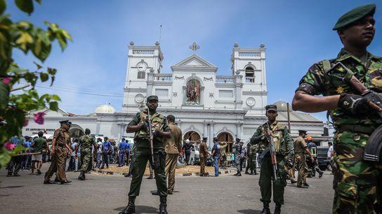 Los oficiales militares de Sri Lanka hacen guardia frente a la Iglesia de San Antonio, donde ...