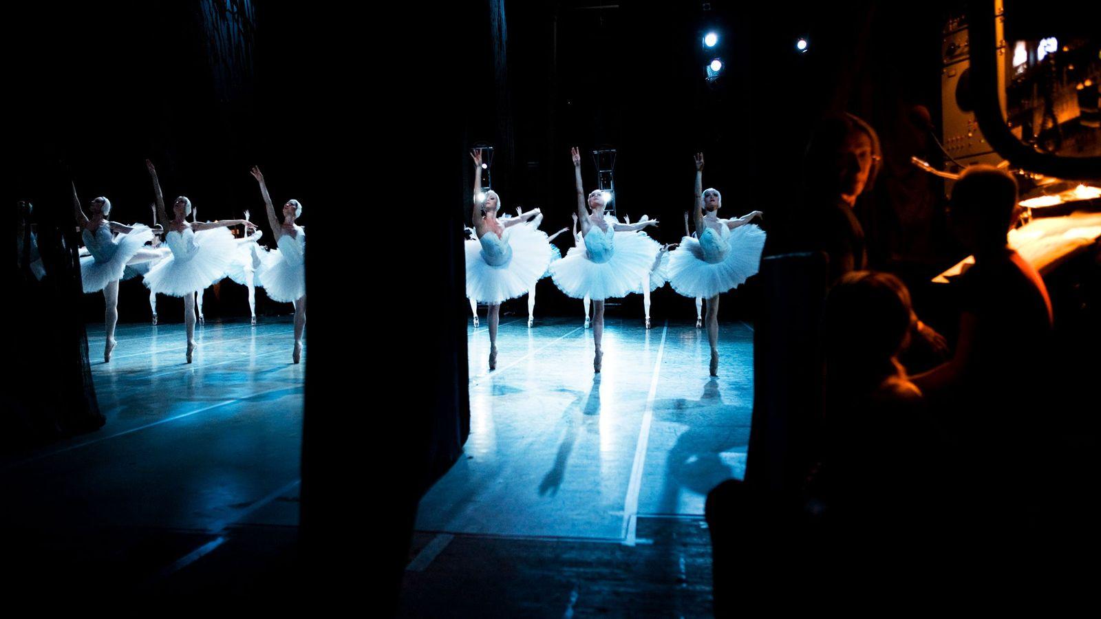 Bailarinas danzando en el Teatro de Ballet Mariinski, vistas desde detrás de escena.