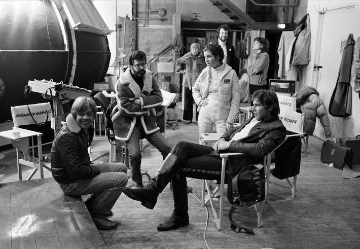 Mark Hamill, George Lucas, Carrie Fisher y Harrison Ford en el rodaje de Elstree deEl imperio ...