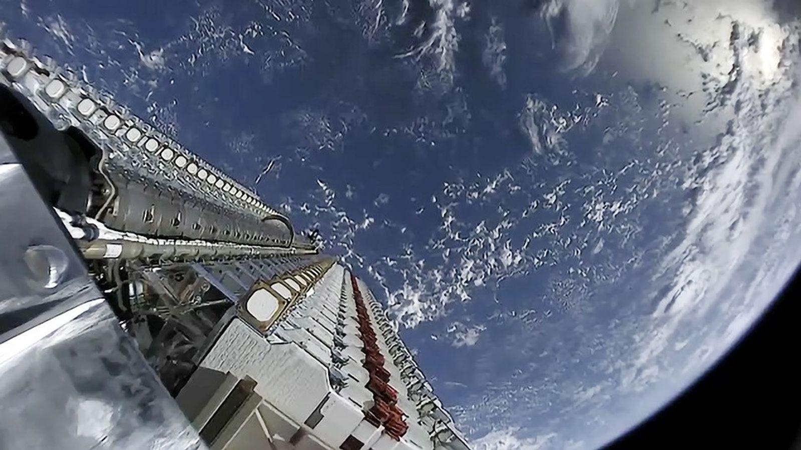 Una parte de un vídeo en vivo muestra el cohete Falcon 9 de SpaceX llevando varios ...