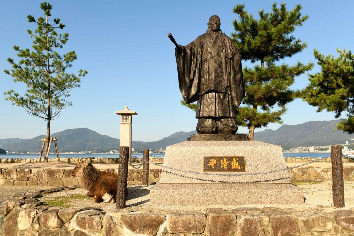 Los ciervos japoneses se han acostumbrado a los turistas y deambulan libremente por Miyajima.