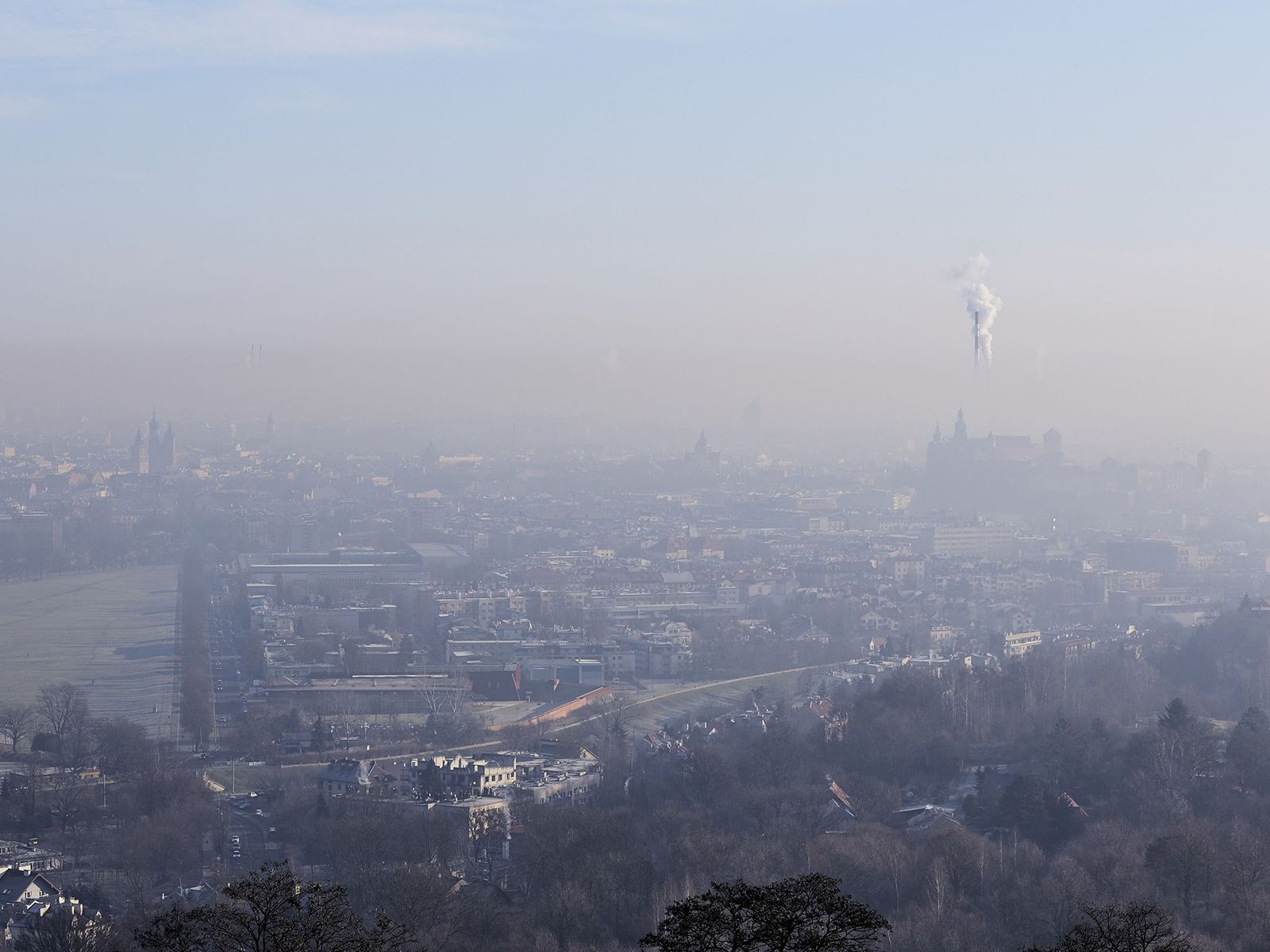 Las plantas de energía, la industria y otras actividades emisoras de carbono seguían emitiendo gases de ...