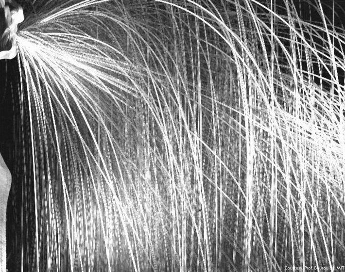 Tras estornudar, las imágenes en vídeo de alta velocidad capturaron una cascada de gotas grandes.