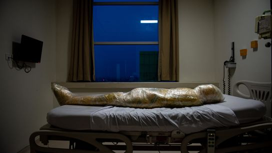 El cuerpo de una supuesta víctima de la COVID-19 yace en un hospital indonesio. Tras la ...