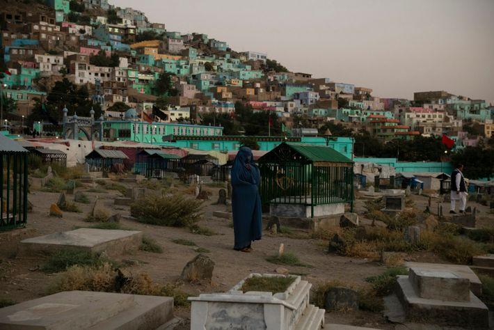Una mujer llora en el cementerio de Karte Sakhi en el oeste de Kabul una tarde de ...