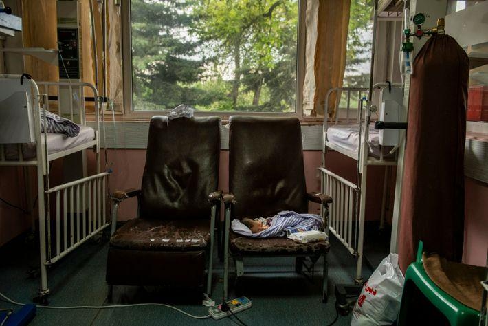 Un recién nacido de apenas tres días descansa en un silla después de ser amamantado en ...