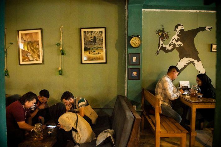 Unos jóvenes afganos pasan el rato en el Simple Cafe, situado en el barrio de Pul-e Surkh ...