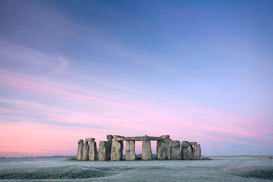 Al amanecer, un cielo de franjas en tonos rosa y púrpura sobre Stonehenge.