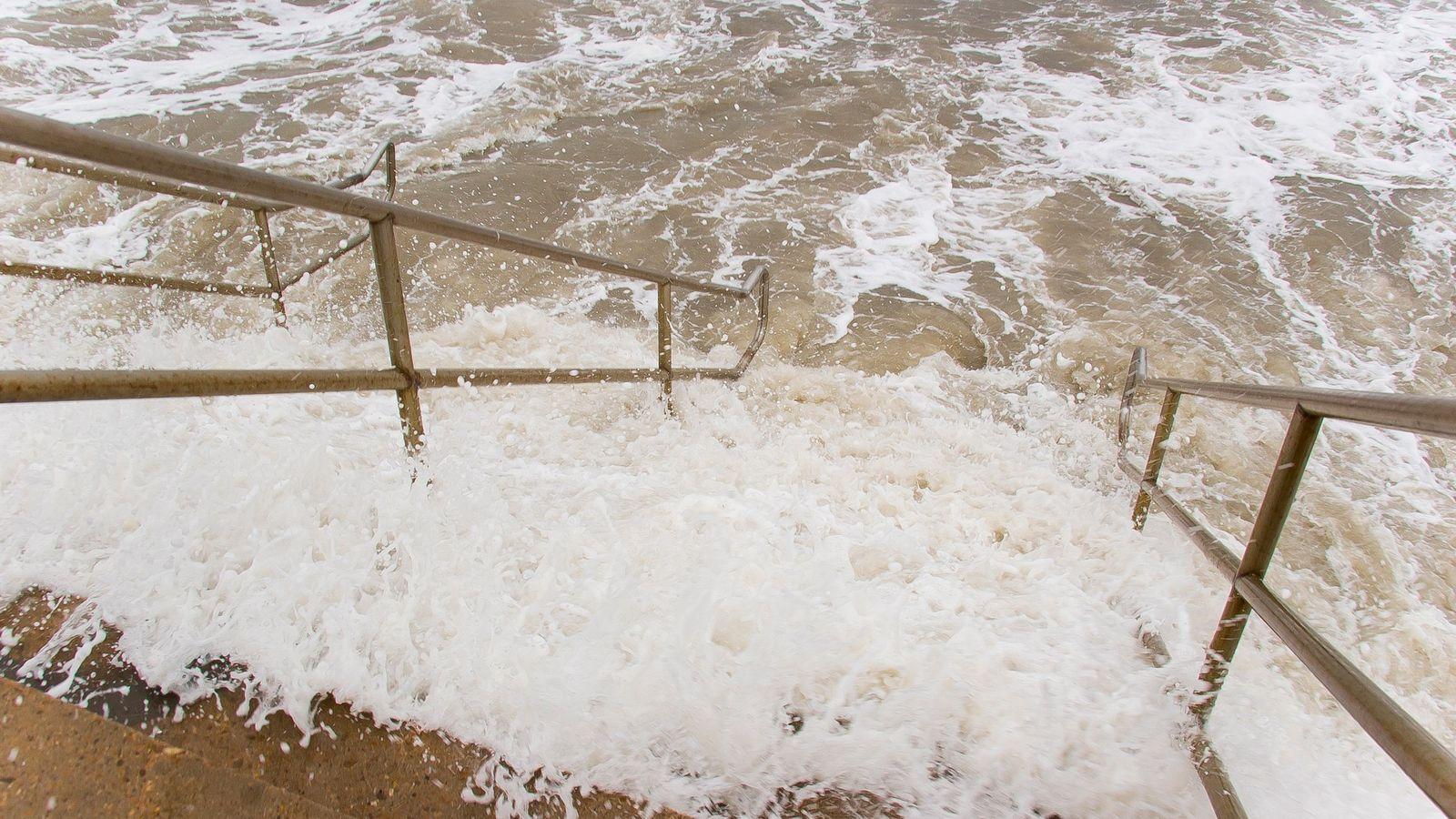 Las crecientes aguas del Golfo de México inundan una escalera durante el huracán Rita en el ...