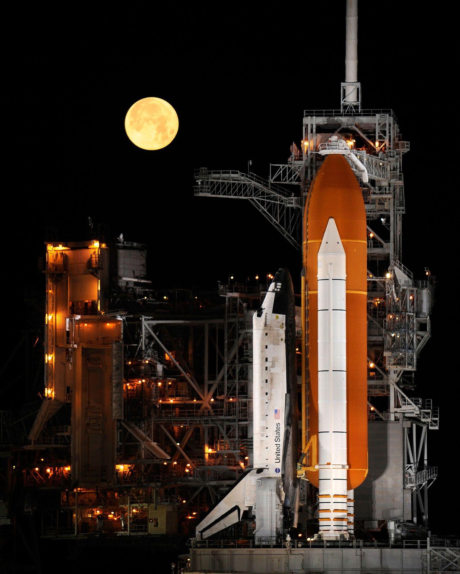 El transbordador espacial Discovery se encuentra sobre una plataforma de lanzamiento en el Centro Espacial Kennedy ...