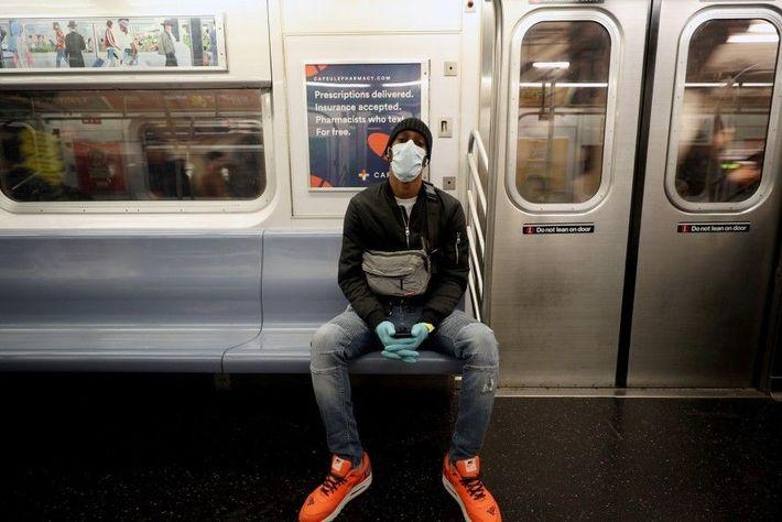 Llevar guantes y mascarilla puede reducir el riesgo de exponerse a gérmenes o virus cuando viajas ...