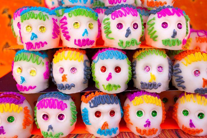Las calaveras de azúcar se venden en diferentes formas en todo México. Este colorido grupo tiene ...