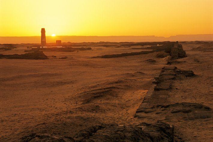 El sol sale por detrás de las ruinas del Gran Templo de Atón en la actual ...