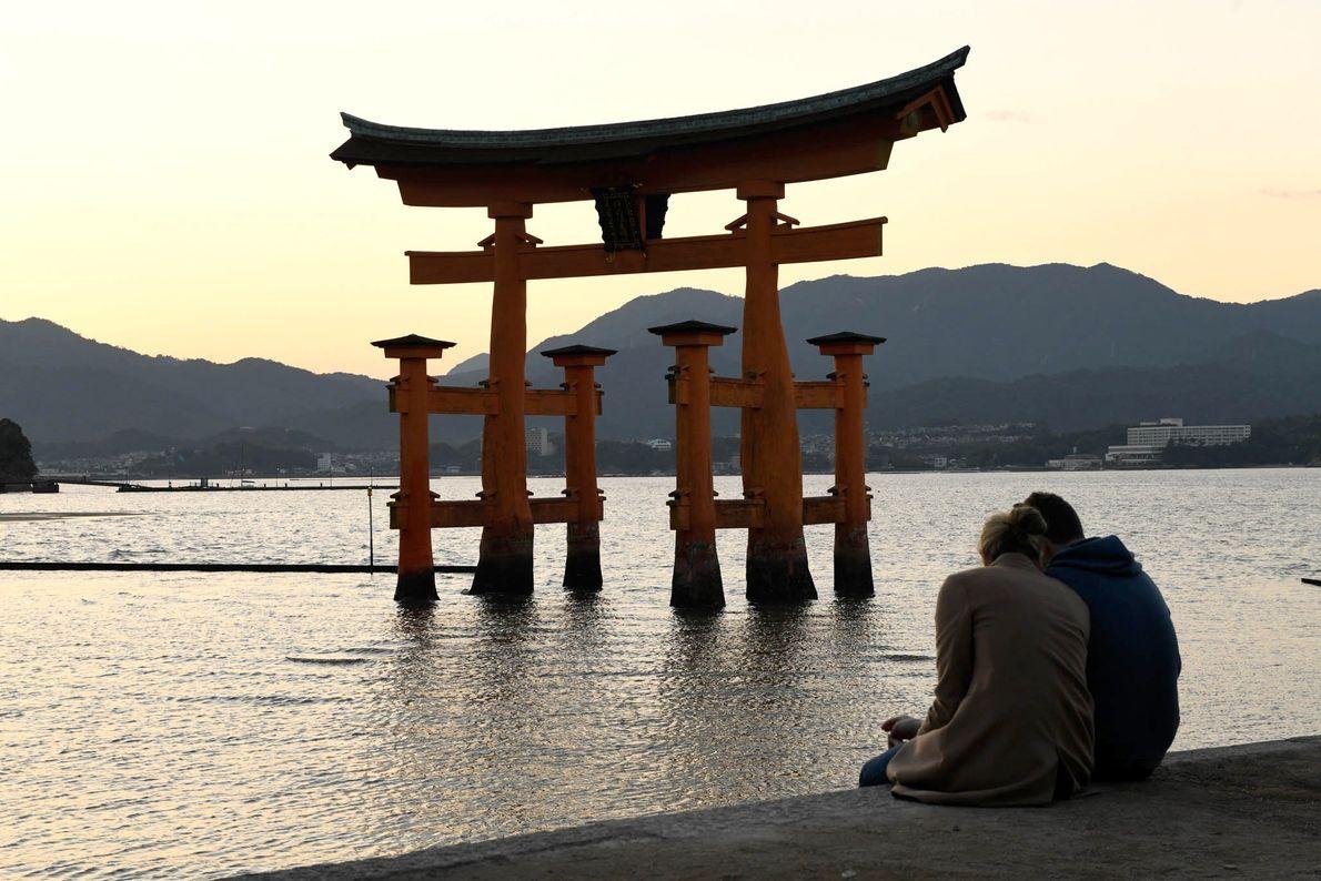 La brillante puerta anaranjada o Grand Torii Gate es la estructura más conocida del santuario Itsukushima.
