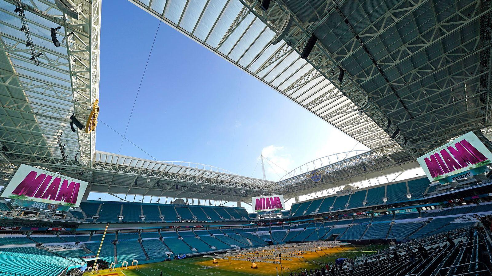 Las luces cubren una parte del campo de césped dentro del Hard Rock Stadium el martes ...