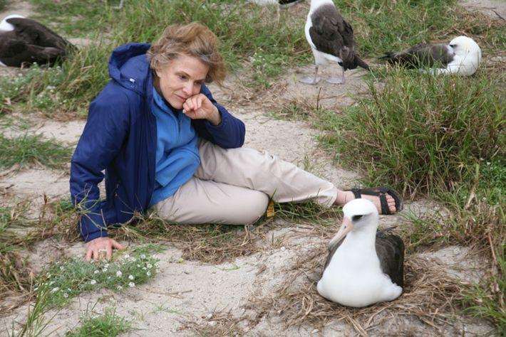 Sylvia Earle, exploradora residente de National Geographic, sentada junto a Wisdom en Sand Island, una parte ...