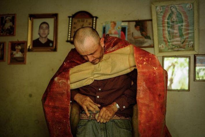 El bailarín Ignacio Reynoso Jiménez se pone su atuendo de tastuán. Elementos indígenas aparecen en la ...